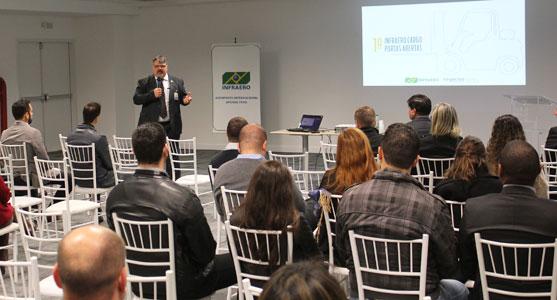 O superintendente do Aeroporto de Curitiba, Antonio Pallu, fala aos convidados do evento Infraero Cargo Portas Abertas no centro de convenções do Aeroporto de Curitiba.
