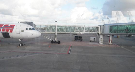 Foto de uma das novas pontes de embarque do Aeroporto de Maceió, que permite ver parte do equipamento já acoplado à aeronave.