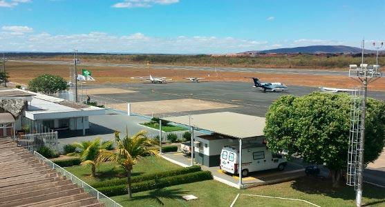 Foto do sistema de pista e pátio do Aeroporto de Montes Claros, de onde é possível ver aeronaves estacionadas no pátio.