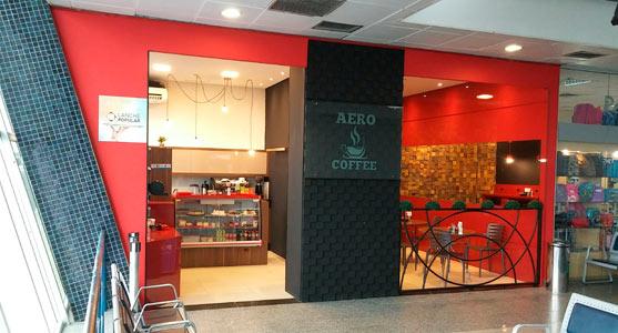 """Fachada do estabelecimento Aero Coffee, que opera sob o selo """"Lanche Popular"""", no Aeroporto de Joinville."""
