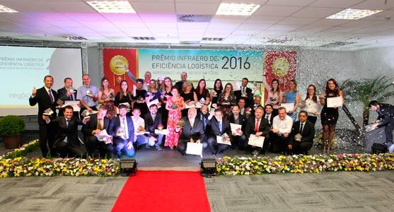 Foto reunindo todos os ganhadores do Prêmio Infraero de Eficiência Logística do Aeroporto de Curitiba na cerimônia deste ano.