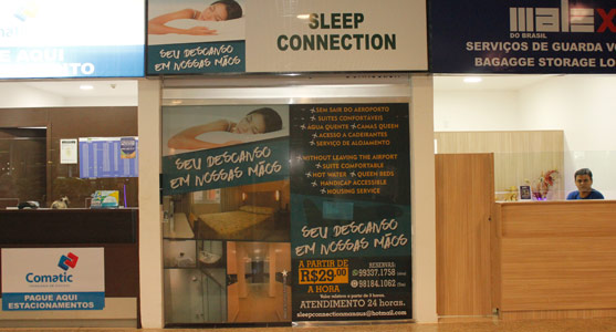 Fachada da entrada do Hotel Sleep Connection no Aeroporto de Manaus.