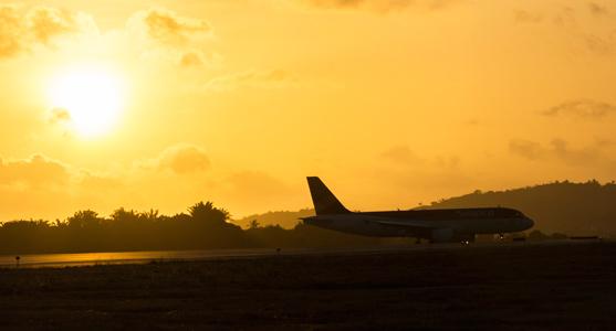 Foto de avião pousando no fim da tarde na pista do Aeroporto de Aracaju.