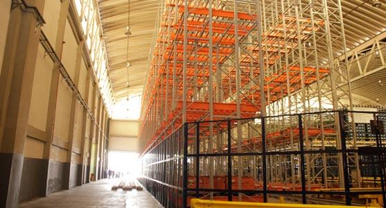 Interior do Teca do Aeroporto de Manaus, em um área onde pode ser visto o sistema de armazenamento de cargas verticais do complexo logístico.