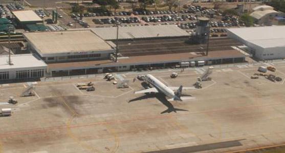 Imagem aérea do Aeroporto de Vitória, enfocando o pátio de aeronaves do terminal.