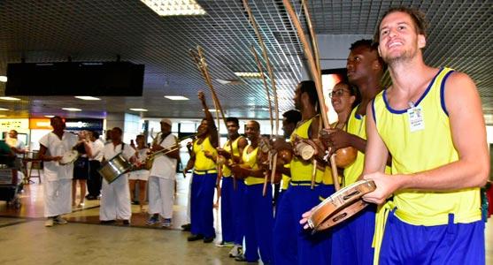 Grupo de percussão e berimbau em apresentação no receptivo de Ano Novo no Aeroporto de Salvador.