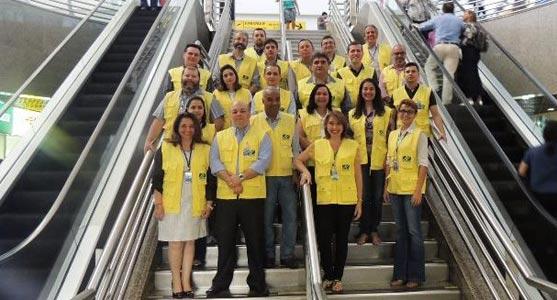 Grupo de gestores e funcionários do Aeroporto de Fortaleza posando para foto dentro do saguão do terminal de passageiros.