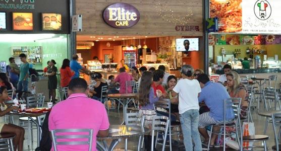 Praça de alimentação do Aeroporto de Belém, com diversas opções de restaurantes e lanchonetes em sua composição.