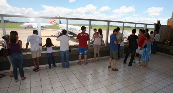 Mirante do Aeroporto de Campo Grande, onde estão usuários do terminal que observam o movimento de aeronaves, tiram fotos e conversam entre si.