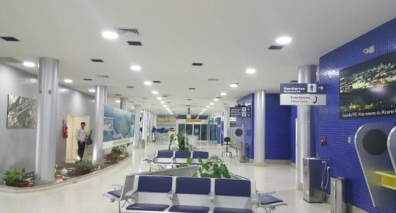 Imagem do saguão do Aeroporto de Corumbá iluminado pelas novas luminárias de LED instaladas no terminal.