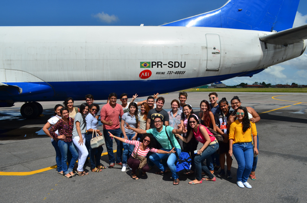 Estudantes visitam o Aeroporto Internacional de Belém.