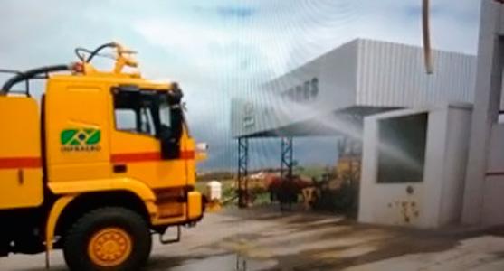 Caminhão de combate a incêndio dispara um jato d'água em estrutura de reaproveitamento de água no Aeroporto de Campina Grande.