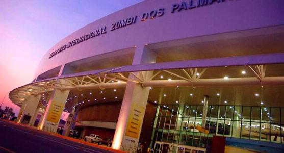 Fachada iluminada do Aeroporto de Maceió.
