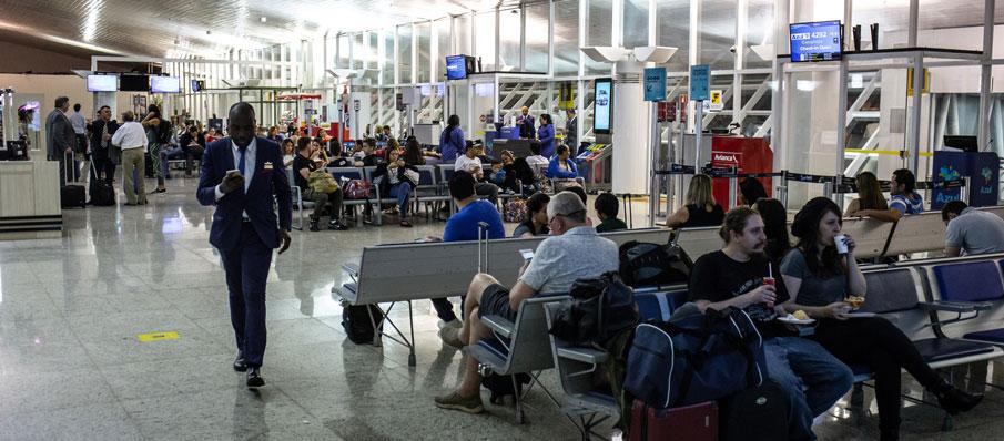 Imagem do saguão de embarque e desembarque do Aeroporto Internacional de Cuiabá/Marechal Rondon, Várzea Grande, no Mato Grosso.